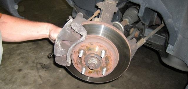 Свист в колесе при движении на поворотах: почему свистит резина при езде