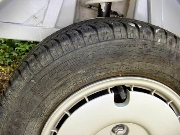 Жрет резину с внутренней стороны на передней оси: съедает резину на одном колесе