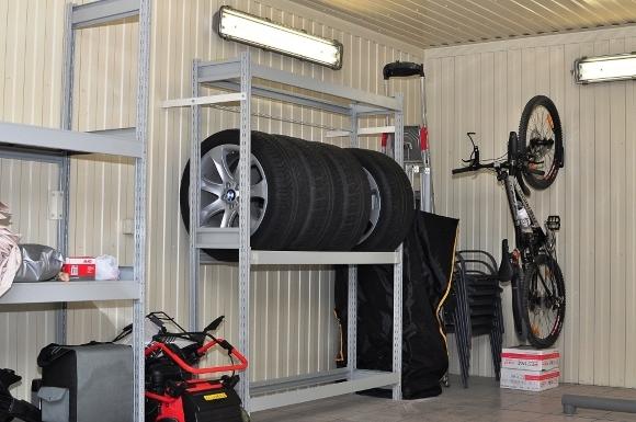 Стойка для хранения колес в гараже: полка для автомобильных шин на стену