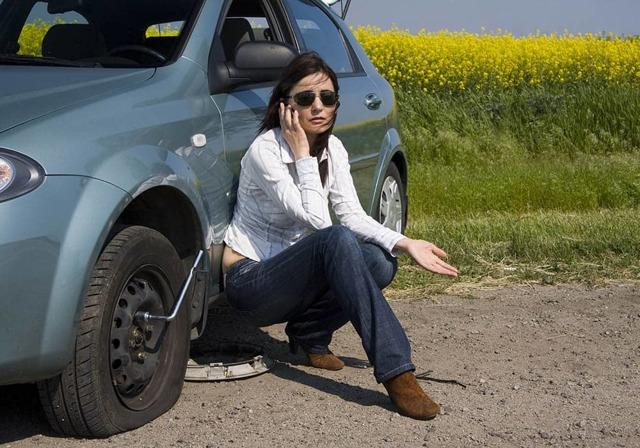 Спускает колесо на машине, что делать: как понять, что колесо спустило