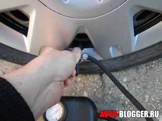 Как накачать колесо автомобиля без насоса компрессором от прикуривателя