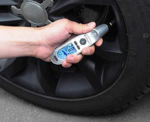 Как проверить давление в шинах автомобиля, чем измеряют давление в колесах