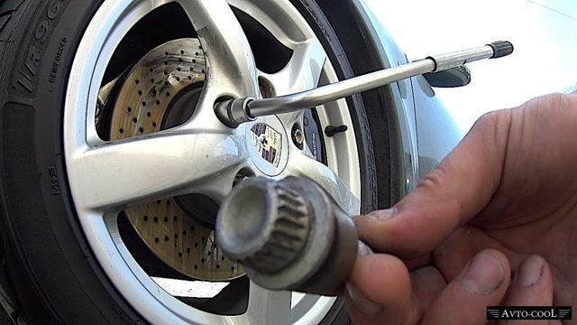 Как снять секретку с колеса без ключа, если потерял головку, что делать