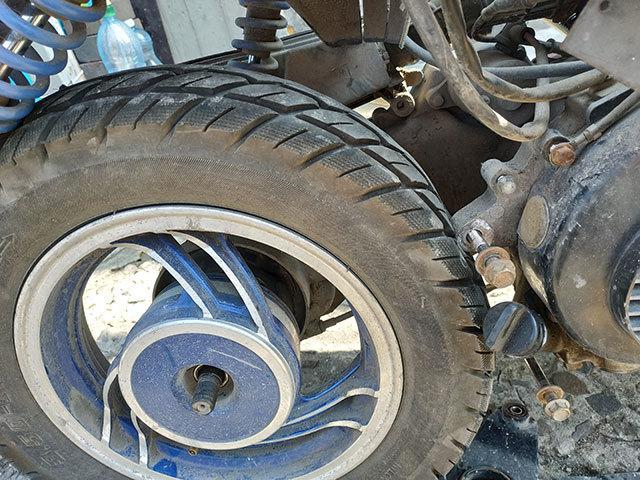 Как снять заднее колесо на скутере, как разбортировать переднее колесо скутера