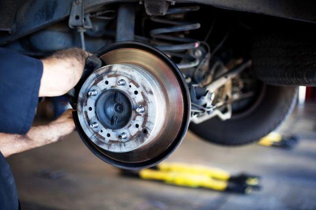 Скрипит колесо при движении на маленькой скорости, причины скрежета при езде